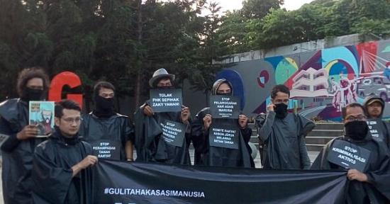 "Aktivis HAM Bandung di Taman Cikapayang, Pasang Aksi – ""Dari Gulita Terbitlah Pelita …"""