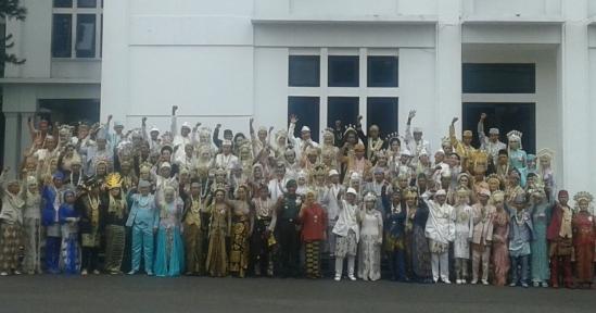 50 Pasang Penyanyi Jalanan Nikah Masal di KODIKLAT TNI AD