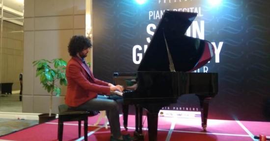 Pianis 'Rocker' Simon Ghraichy Asal Perancis, Luluhkan Pecinta Musik Klasik Bandung